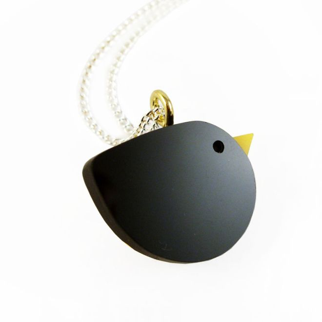 blackbird_necklace_close_up_grande